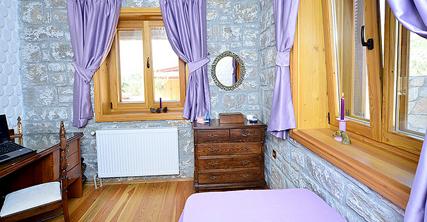 Viola; ALT KAT, ÇALIŞMA MASALI TEK KİŞİLİK YATAK ODASI - FIRST STOREY SINGLE BEDROOM WITH A LONG STUDY TABLE