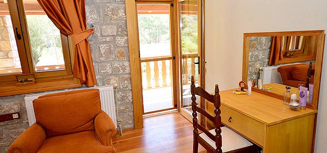 Arancio; ÜST KAT, BALKONLU ÇİFT KİŞİLİK YATAK ODASI - UPPER STOREY DOUBLE BEDROOM WITH FRENCH BED & BALCONY